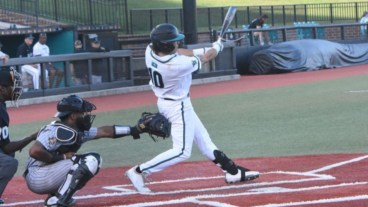 Coastal walks it off in the 10th, Chants defeat Texas State, 8-7