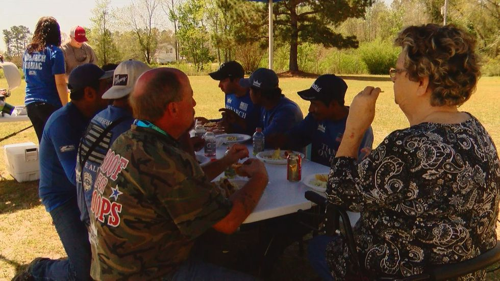 Miss Shirley eats lunch with the workers replacing her roof. 9Source: Holly DeLoache)
